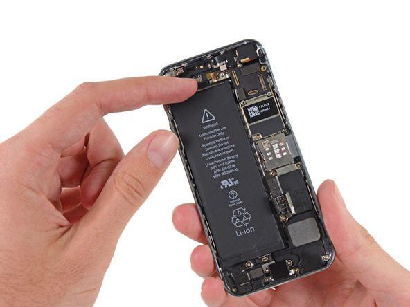 باتری آیفون 5S را از درب پشت گوشی جدا کنید.