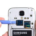 حافظه جانبی یا همان رم میکرو اس دی (Micro SD) گلکسی اس 4 تعمیری را به داخل فشار دهید و کامل از درون خشاب آن خارج کنید.