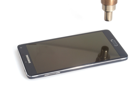 برای اینکه ال سی دی گلکسی نوت 4 تعمیری را از بدنه آن جدا کنید، لازم است که به اطراف قاب گوشی گرما بدهید. گرما را میتوانید با سشوار، آیاوپنر یا هیتر مادون قرمز به لبه های قاب گوشی عمال کنید. اگر برای انجام این کار از سشوار استفاده میکنید، گرما را روی حالت متوسط قرار داده و با فاصله 10 سانتیمتر برای مدت زمان 2 دقیقه به هر یک از لبه های قاب گوشی اعمال کنید.