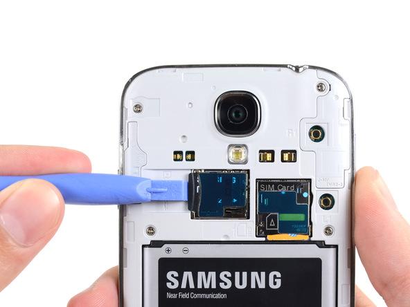 حافظه یا همان رم میکرو اس دی (Micro SD) گلکسی اس 4 تعمیری را به داخل فشار دهید و سپس کامل از درون خشاب آن خارج کنید.
