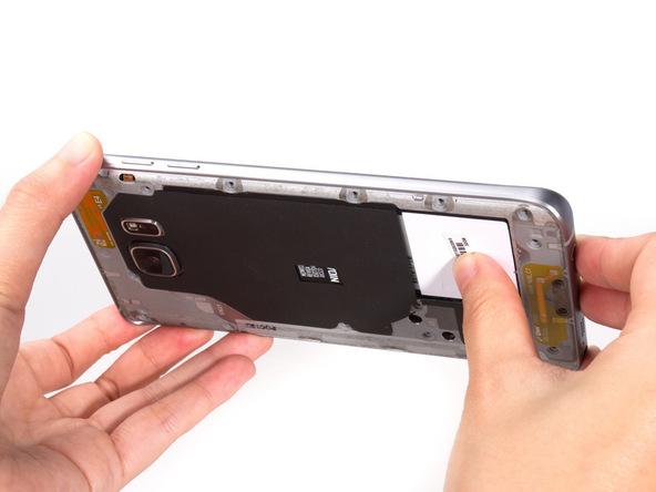 گلکسی نوت 5 تعمیری را مثل عکس اول در دستتان بگیرد. با انگشت شست دست راستتان بخشی که در عکس مشخص شده را به سمت بیرون هول دهید و سایر قسمت های قاب گوشی را ب سمت عقب بکشید.
