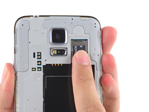 اگر گلکسی اس 5 تعمیری به حافظه SD مجهز است آن را از گوشی خارج کنید.