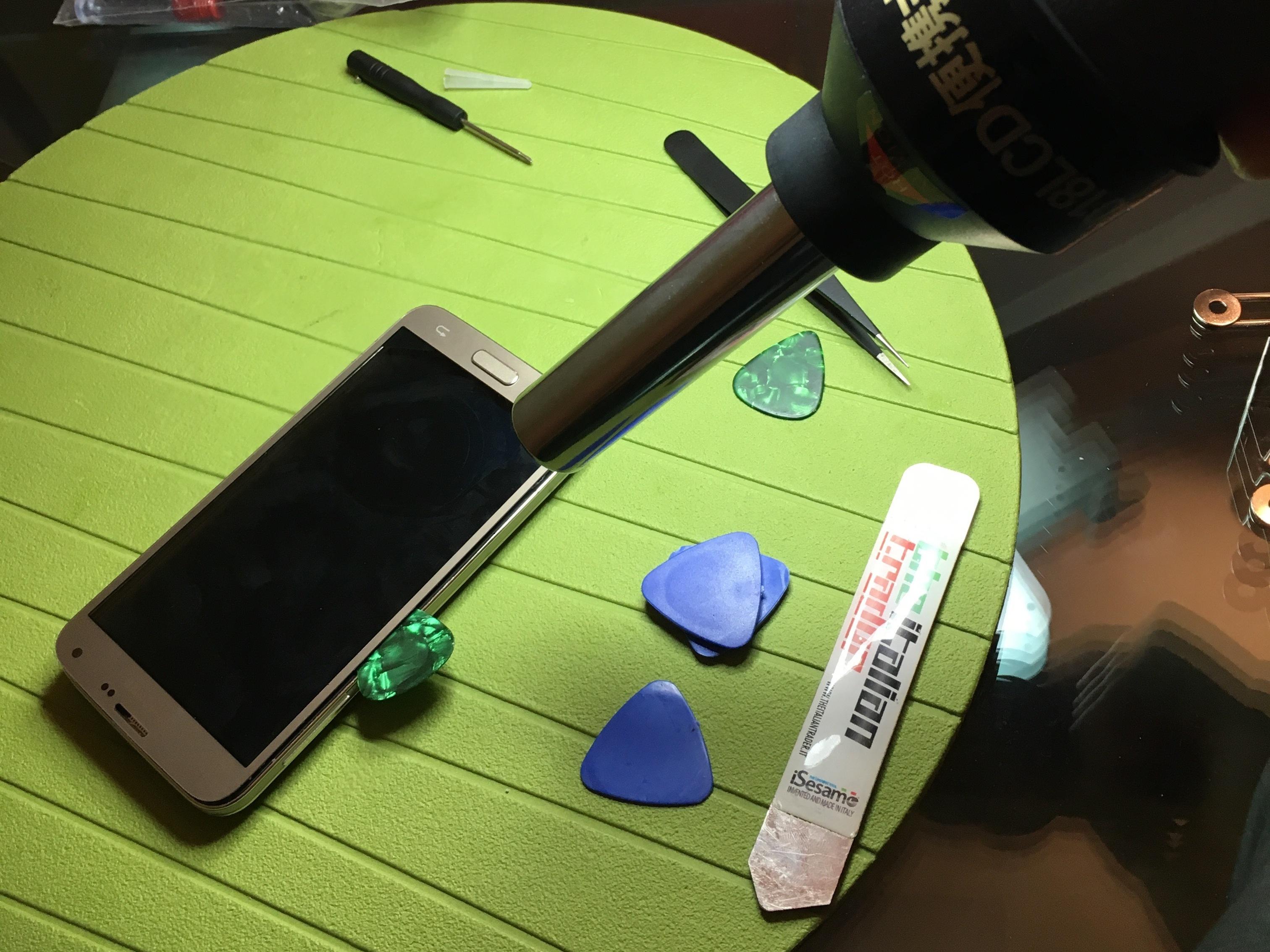 با سشوار یا آیاوپنر به اطراف قاب Galaxy S5 Neo تعمیری گرمای ملایمی وارد کنید. گرما را برای مدت زمان 1 دقیقه بر روی هر یک از لبه های قاب گوشی اعمال نمایید.