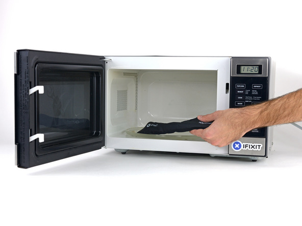درب پشت گلکسی اس 6 با لاستیک آب بندی به بدنه اصلی گوشی چفت شده است. این لاستیک که در لبه های درب پشت گوشی نصب است، خاصیت چسبندگی زیادی دارد و منجر میشود تا نتوانید درب پشت گوشی را از بدنه اصلی آن جدا کنید. برای مقابله با این مسئله باید با گرما دادن به لبه های درب پشت گلکسی اس 6 خاصیت چسبندگی لاستیک آب بندی اطراف آن را تضعیف نمایید.