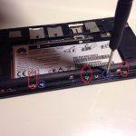 نوک قاب باز کن پلاستیکی یا اسپاتول سر صاف را زیر کانکتور باتری Ascend G630 تعمیر قرار داده و خیلی آرام آن را از روی برد گوشی آزاد کنید.