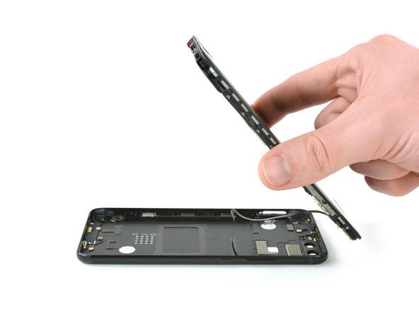 هوآوی P10 تعمیری را در همان حالت قبل (روی درب پشت) روی میز کارتان قرار دهید. نوک قاب باز کن پلاستیکی را به لبه زیرین قاب گوشی منتقل کنید و با آن لبه زیرین درب پشت گوشی را روی میز کارتان فشار دهید. با دست دیگرتان لبه زیرین بدنه هوآوی P10 تعمیری را گرفته و به صورت کتابی از روی درب پشت گوشی بلند نمایید تا حالتی عمودی پیدا کند.