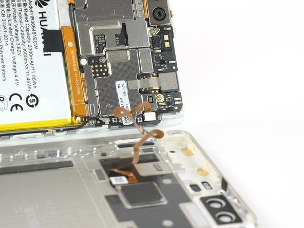 گوشی هوآوی P9 تعمیری را به پشت روی میز کارتان قرار دهید. خیلی آرام با اسپاتول یا هر ابزار مناسب دیگری که در اختیار دارید لبه سمت راست بدنه گوشی را از روی درب پشت آن به صورت کتابی باز کنید. وقتی بدنه گوشی نسبت به درب پشت آن زاویه 90 درجه پیدا کرد، آن را به یک تکیهگاه مناسب تکیه دهید.