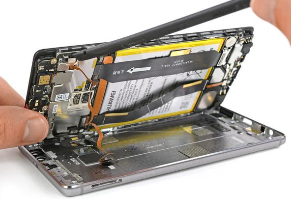 هوآوی P9 Plus تعمیری را به گونهای روی میز کارتان قرار دهید که صفحه نمایش آن رو به سمت بالا قرار گیرد. خیلی آرام لبه سمت چپ قاب گوشی را به صورت کتابی (مثل عکس اول) از روی درب پشت بلند کنید تا تقریبا زاویه 80 درجه پیدا کند.