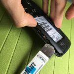 لبه های درپوش را با انگشت گرفته و کاملا از روی برد گوشی جدا کنید. درپوش مذکور را در گوشه امنی قرار داده و پروسه تعویض اسپیکر مکالمه Ascend G610 هوآوی را روی مابقی بدنه گوشی دنبال کنید.