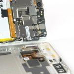 درب پشت گوشی را کاملا از مابقی بدنه دستگاه جدا کرده و آن را در گوشه امنی قرار دهید. میتوانید پروسه تعویض اسپیکر مکالمه هوآوی P9 را روی بدنه اصلی گوشی دنبال کنید.