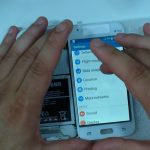 با نوک پهن اسپاتول کانکتور تاچ و ال سی دی سامسونگ Galaxy J1 را باز کنید.