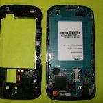 بعد از بلند شدن بخشی از فریم میانی، آن را با انگشت گرفته و کامل از روی بدنه Galaxy S Blaze تعمیری جدا کنید.