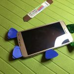 حالا سعی کنید با پیک یا هر ابزار مناسب دیگری که در اختیار دارید، تاچ و ال سی دی گوشی را از بدنه اصلی آن جدا نمایید. برای انجام این کار ابتدا پیک هایی را از اطراف قاب گوشی به زیر تاچ و ال سی دی آن فرو ببرید و به تدریج با آن ها بازی کنید تا تاچ و ال سی دی Galaxy S5 Neo از روی بدنه اصلی گوشی آزاد شود.