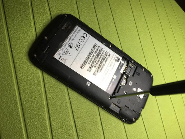 نه پیچ نگهدارنده درپوش محافظ روی برد هوآوی Ascend G610 تعمیری را باز کنید.