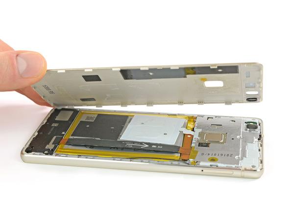 لبه سمت راست قاب (از نمای پشت) هوآوی P9 Lite تعمیری را با دست گرفته و خیلی آرام به صورت کتابی از روی بدنه دستگاه بلند کنید تا درب پشت گوشی کاملا از آن جدا شود.
