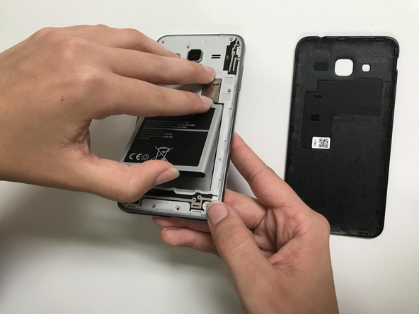 باتری Galaxy J3 سامسونگ را جدا کنید.