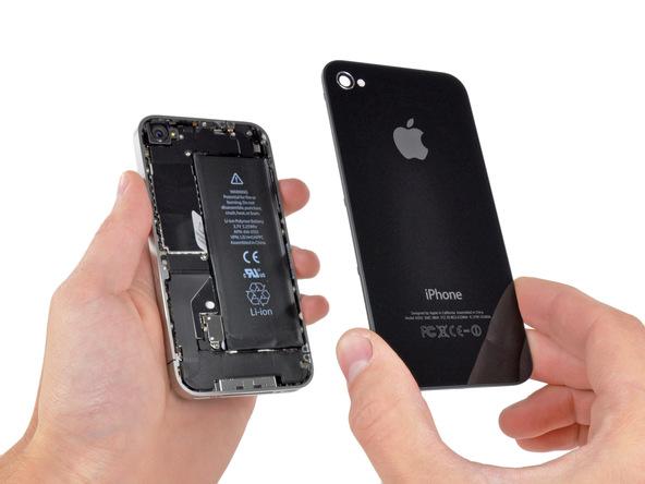 هول دادن درب پشت آیفون 4 به سمت بالا را ادامه دهید تا کاملا از روی قاب گوشی آزاد شود.