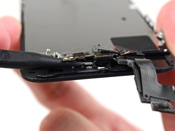 به آرامی سنسور نور محیط آیفون 5S تعمیری را از جایگاهش بلند کنید.