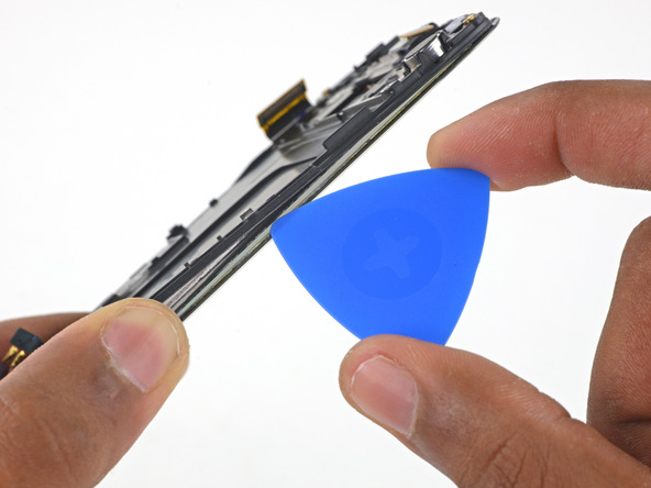 اگر به لبه باقی مانده بدنه گلکسی اس 6 تعمیری نگاه کنید متوجه میشوید که یک قالب پلاستیکی روی نمایشگر گوشی سوار شده است. به آرامی نوک یک پیک را از لبه سمت راست بدنه گوشی به زیر قالب پلاستیکی مذکور فرو ببرید تا نوک پیک دقیقا مابین فریم نمایشگر و این قالب پلاستیکی قرار گیرد.