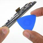 اگر به لبههای بدنه گلکسی اس 6 تعمیری نگاه کنید متوجه میشوید که یک قالب پلاستیکی روی نمایشگر گوشی سوار شده است و به نوعی مثل یک جدا کننده برای مادربرد و مجموعه تاچ ال سی دی گوشی عمل میکند.. به آرامی نوک یک پیک را از لبه سمت راست بدنه گوشی به زیر قالب پلاستیکی مذکور فرو ببرید تا نوک پیک دقیقا مابین مجموعه تاچ ال سی دی و قالب پلاستیکی روی آن قرار گیرد.