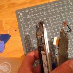 سیم کانکتور ال سی دی را مثل عکس دوم و سوم از گوشه سمت راست قاب خارج نمایید. بدین ترتیب ال سی دی از پنل گلکسی اس 3 تعمیری جدا میشود.