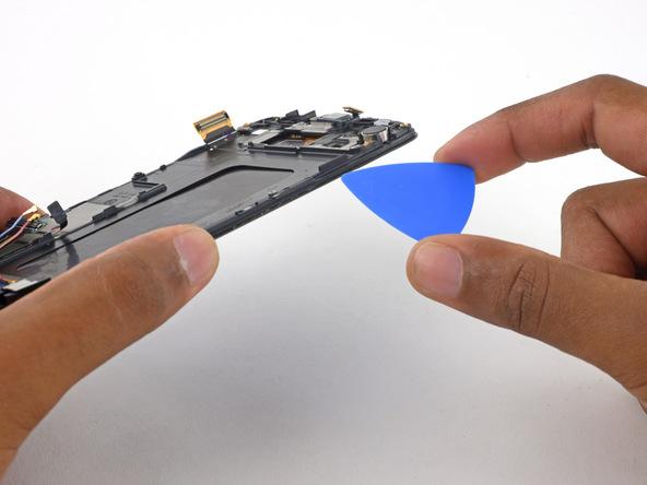 نوک پیک را دوباره از سمت راست قاب به زیر فریم نمایشگر گلکسی اس 6 تعمیری فرو ببرید.