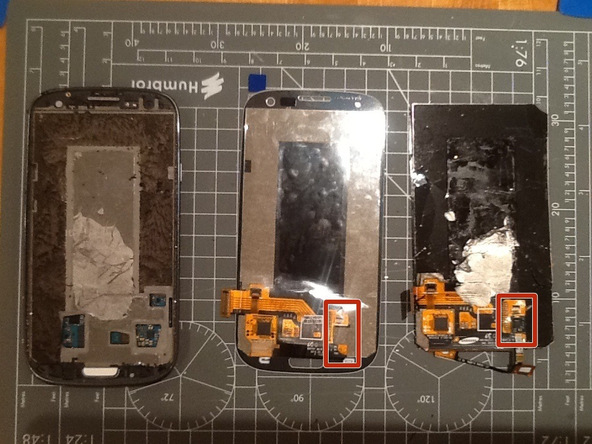 پیش از تعویض ال سی دی Galaxy S3 سامسونگ حتما ال سی دی جدید را با ال سی دی قدیمی مقایسه کنید. ممکن است نیاز شود تا قطعاتی از ال سی دی قدیمی به ال سی دی جدید منتقل گردد. برای مثال در مورد تعمیری که ما با آن رو به رو بودیم باید کانکتورهای سیم تاچ اسکرین (کنار دکمه هوم) به ال سی دی جدید منتقل شوند.