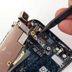 کانکتور آنتن وای فای آیفون 5 تعمیری که منجر به وصل شدن مادربرد آیفون 5 به درب پشت گوشی شده را باز کنید.