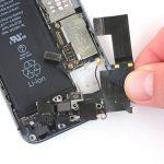لایتنینگ پورت یا همان سوکت شارژ آیفون 5S تعمیری را از روی درب پشت گوشی جدا کنید.