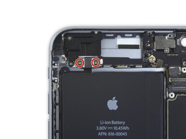 دو پیچ 2.7 میلیمتری نگهدارنده براکت کابل کنترل صدای آیفون که در عکس با رنگ قرمز مشخص شدهاند را باز کنید.