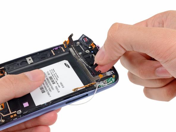 سیم اسپیکر مکالمه و دکمه ولوم گلکسی اس 3 تعمیری را با انگشت گرفته و کامل از بدنه گوشی جدا نمایید.