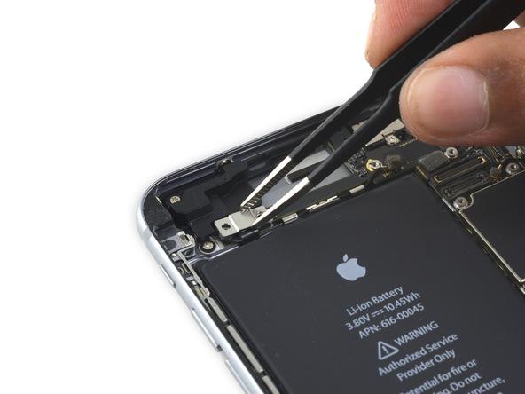 براکت کابل کنترل صدای آیفون 6S Plus تعمیری را با پنس از روی پنل پشت گوشی جدا کنید.