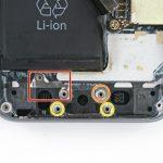 قبل از تعویض سوکت شارژ آیفون 5S (لایتنینگ پورت) حتما براکت، واشر C شکل و دو واشر کوچک تری که در عکس اول با رنگ زرد مشخص شدهاند را از روی درب پشت گوشی بردارید.