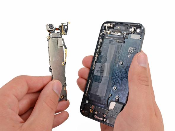 برد آیفون 5 تعمیری را کاملا از درب پشت گوشی جدا کنید.