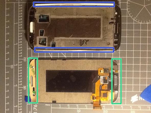 چسب های نگهدارندهای که باید در لبه های طولی پنل جلوی گلکسی اس 3 تعمیری نصب شوند را وصل کنید. بخش های مورد نظر در عکس با رنگ آبی مشخص شدهاند.