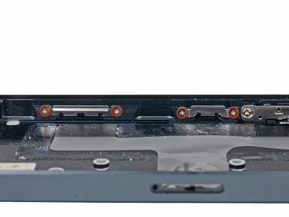 هر یک از گیره های قاب آیفون 5 با دو پیچ 1.3 میلیمتری به لبه درب پشت گوشی متصل شدهاند. پیچ نگهدارنده هر یک از گیره هایی که قرار است تعویض شوند را باز کنید.