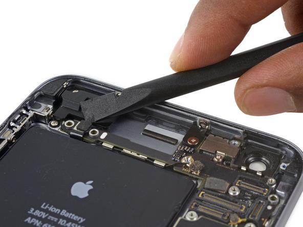 کانکتور کابل کنترل صدای آیفون 6S Plus تعمیری را مثل عکس با استفاده از نوک پهن اسپاتول از روی برد گوشی جدا کنید.