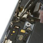 براکتی که در لبه فوقانی درب پشت آیفون 5S و زیر جای پیچی که در عکس مشخص شده است قرار دارد را بردارید.