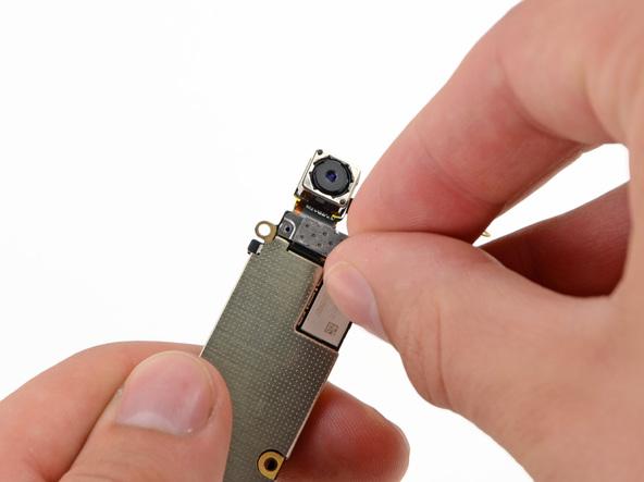 براکت کابل لنز دوربین اصلی آیفون 5 را از روی مادربرد جدا کنید.