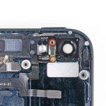 دو پیچ 2.9 میلیمتری و 1.6 میلیمتری نگهدارنده براکت مابین لنز دوربین اصلی و چراغ فلش آیفون 5 تعمیری را باز کنید.