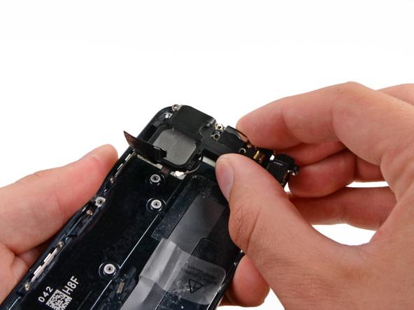 اسپیکر و سوکت شارژ آیفون 5 (لایتنینگ پورت) را از درب پشت گوشی جدا کنید.