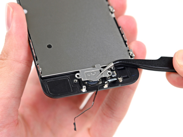 براکت دکمه هوم آیفون SE تعمیری را با استفاده از پنس از روی پنل جلوی گوشی بردارید.