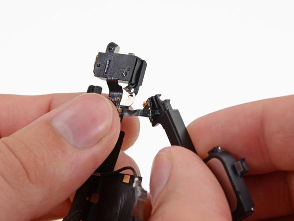 به آرامی اسپیکر آیفون 5 تعمیری را از سوکت شارژ (لایتنینگ پورت) گوشی جدا کنید.