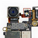 مجموعه دوربین اصلی آیفون 5 را از مادربرد گوشی جدا کنید.