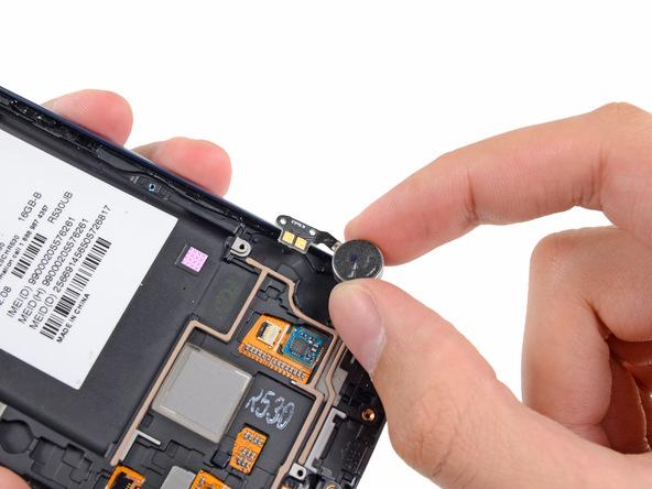 موتور ویبره گلکسی اس 3 تعمیری را از روی بدنه گوشی جدا نمایید.