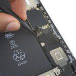 نوک اسپاتول را در گوشه کانکتور لایتنینگ و آنتن آیفون 6S Plus تعمیری قرار داده و آن را به سمت بالا هول دهید تا از روی برد گوشی جدا شود.