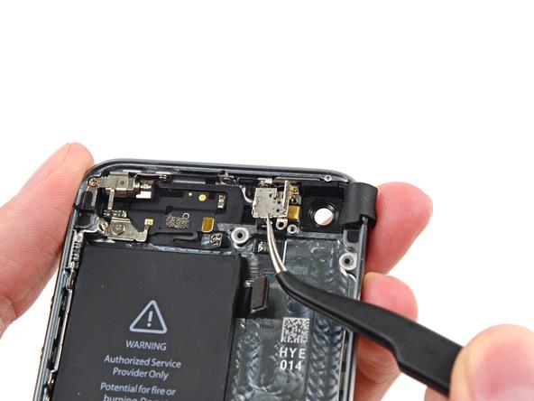 براکت لنز دوربین اصلی آیفون 5 اس تعمیری را از درب پشت گوشی جدا کنید.