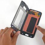 صفحه نمایش گلکسی اس 6 تعمیری را با انگشت نگه دارید و فریم روی نمایشگر را کاملا از مجموعه جدا کنید.
