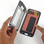 صفحه نمایش گلکسی اس 6 تعمیری را با انگشت دست راست نگه دارید و با دست چپتان قالب پلاستیکی روی نمایشگر گوشی را از تاچ ال سی جدا کنید.