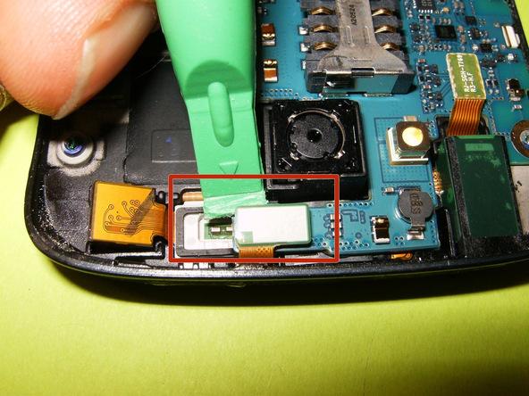 کانکتور دوربین سلفی که در عکس اول با رنگ قرمز مشخص شده را باز کنید.